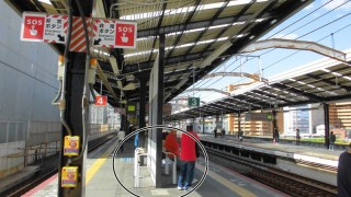 JR新今宮駅のホームには座れるベンチが全く存在しない
