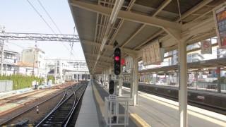 場内信号機がホーム上に大胆に設置されている阪急正雀駅