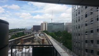 千里中央駅[大阪モノレール](大阪府豊中市)~プラットホームからの開放感ある眺めが美しく、線内最多の利用客数を誇る大阪モノレールの中枢駅~