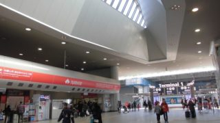 関西空港駅[南海](大阪府田尻町)~広大なホームと隣接するJR線見物に加え、コンコースの切符アートも楽しめる、関西と世界を結ぶハブ空港の玄関口~