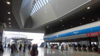 関西空港駅[JR西日本](大阪府田尻町)~空の玄関口にふさわしい広大かつ開放的なホームが魅力的な、南海と並ぶ関西国際空港へのアクセス拠点~